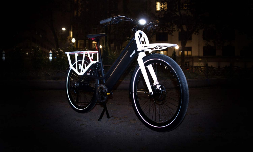 Ahooga modular bike in de avond lightweight compact urban commuter bike limited edition reflective low step step thru city bike dark
